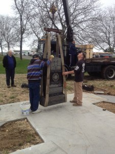 Lowering the centerpiece to the top of the memorial